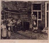 1986-2127 Gezicht in de Zandstraat met de marktkraam aan een huis met souterrain, enkele vrouwen en kinderen op straat ...