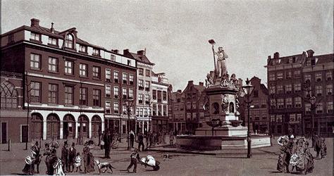 IV-26-6 Gezicht op de Nieuwemarkt met links de boterhal.