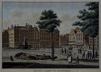 IX-1075 De Grotemarkt, met het standbeeld van Erasmus, gezien vanuit het noordoosten.