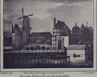 RI-535 Het oude Hofpoortje (1690) aan het Hofplein bij de Stadsvest, gezien uit het noordwesten met links van de poort ...