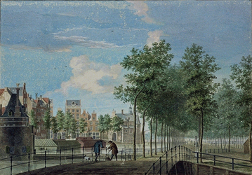 VIII-118 Gezicht op het Hofplein met de stadsgracht tussen de Delftsepoort en de Hofpoort.