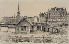 XVII-65-04-02 Gezicht op de spoorbaan door de stad bij de Molenwaterweg, uit het zuiden. Op de achtergrond de huizen ...