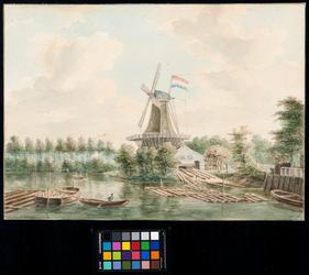 XXXI-122-2 Houtzaagmolen De François. Op de voorgrond het balkengat. Op de molen de rood-wit-blauwe vlag.