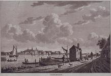 XXXI-618-01 Gezicht op het dorp vanaf de oever bij Kralingse Veer. Rechts het veerhuis en de aanlegplaats van de ...