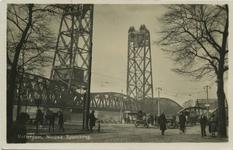 PBK-10354 De spoorhefbrug en rechts een gedeelte van de Koninginnebrug, gezien vanaf de Nassaukade.