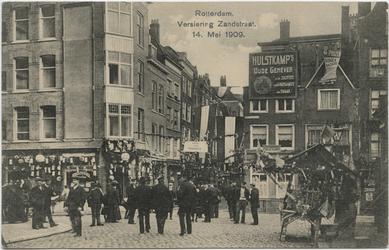 PBK-10540 Versiering van de Zandstraat tijdens de Oranjefeesten op 14 mei 1909, ter gelegenheid van de geboorte van ...