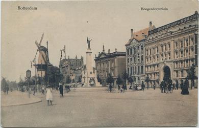 PBK-10565 Coolsingel met het Calandmonument en rechts de Passage en daarachter het Erasmiaans Gymnasium. Op de ...