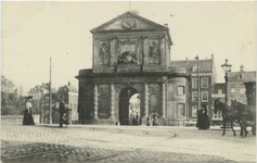 PBK-10595 Gezicht op de Delftse Poort. Op de achtergrond het Delftsepoortplein, uit het noordwesten. Links de Delftsevaart.