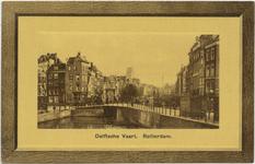 PBK-10700 De Delftsevaart met de Galerijbrug, rechts het Haagseveer. Op de achtergrond de toren van de Grote of ...