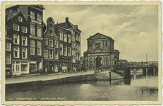 PBK-10703 De Delftsevaart met op de achtergrond de Galerijbrug en de Delftse Poort, links panden aan het Haagseveer.