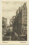 PBK-10718 De hoge Krattenbrug over de Delftsevaart. Rechts van de brug het begin van de Krattensteeg, die naar de ...