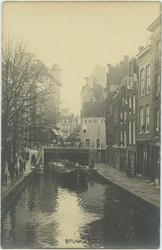 PBK-10719 Spuiwater gezien vanaf de Krattenbrug in zuidelijke richting, naar de Sint-Laurensstraat, waar het trapje ...
