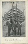 PBK-10751 De wereldwandelaars R. Bergman, Leo Riedé en Jan Nieuwkoop die op 1 juni 1908 vertrokken poseren voor het ...