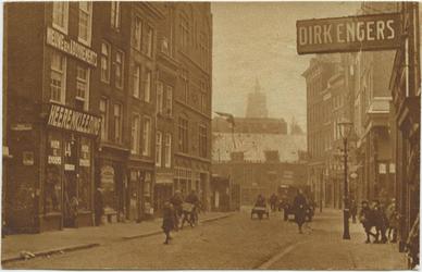 PBK-10770 Bredestraat in de richting van de Lange Baanstraat. Op de achtergrond de toren van de Grote of ...