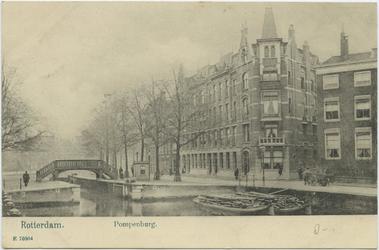 PBK-10786 Pompenburg gezien vanaf het Couwenburgseiland. In het midden een sluisje met een hoge brug, die de verbinding ...