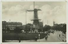 PBK-10800 Molen de Noord aan het Oostplein. Op de achtergrond links het Achterklooster en rechts de Goudsesingel, uit ...