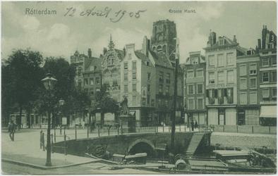 PBK-10827 De Grotemarkt met in het midden het standbeeld van Erasmus. Op de achtergrond de Wijde Marktsteeg.