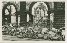 PBK-10903 Gezicht op de door het Duitse bombardement van 14 mei 1940 getroffen Plan C, vanaf de Kolkkade. Op de ...