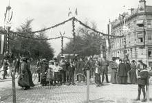 196 Mathenesserlaan, versierde straten bij de viering van de geboorte Prinses Juliana