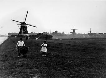 1967-671 Gezicht op Overschie uit noordoostelijke richting met molens aan de Zestienhovensekade, van links naar rechts ...