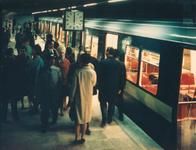 1968-141 Interieur metrostation Stadhuis.Passagiers bij de metro.
