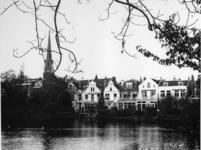 1968-2527 De achterkant van panden aan de Hoflaan tegenover de Grote Vijver.