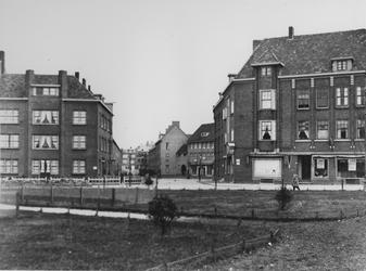 1968-983 Gezicht in de P.C.Hooftplein met op de achtergrond de Multatulistraat.