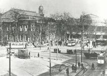 1969-440 Het Beursplein met links de Beurs en rechts Station Beurs.