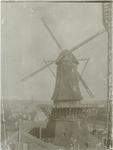 1970-322 Oliemolen De Reus , bovenkruier in de Infirmeriestraat, hoek Admiraliteitskade. Gebouwd circa 1690, afgebroken ...