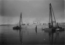 1971-1051 Het stellen van eerste kademuurstuk in de IJselhaven.