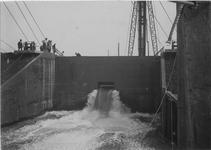 1971-1052 Inlaten van water in de bouwput tijdens de aanleg van de kademuur in de IJselhaven.