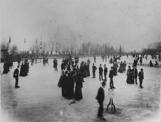 1971-1174 Schaatsers die zich vermaken op het ijs aan de Kralingse Plas. Georganiseerd door IJsclub Kralingen.