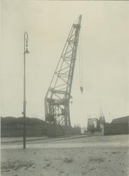 1971-1606 Vierhavensstraat met op de achtergrond hijskranen en voetgangersbrug op de kade van de IJselhaven, die over ...