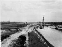 1971-1941 Het verkeersplein ter hoogte van Rijksweg 20. De kruising met de Rijksweg 16 in aanleg. Rechts de spoorlijn ...