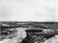 1971-1942 Het verkeersplein ter hoogte van Rijksweg 20. De kruising met de Rijksweg 16 in aanleg. Rijksweg 16 loopt ...