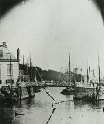 1971-307 De Oudehaven, links het Zeekantoor, in het midden de Spanjaardsbrug, op de achtergrond het Haringvliet, de ...
