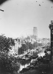 1971-334 De Delftsevaart.Op de achtergrond de toren van de Sint-Laurenskerk.