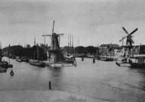 1971-402 Middenkous met op de achtergrond links molen De Distlleerketel tussen Voorhaven (links) en Achterhaven ...