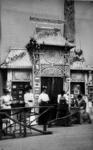 1972-1223 Opname in een fotografisch atelier: tentoonstellingsstand met dames met opschrift 'Fotografie', ...