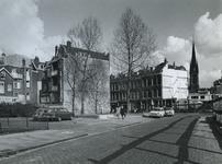 1972-370 De huizen in de Oudaenstraat uit het westen. Op de achtergrond de Crooswijkseweg en de toren van de kerk 'de ...