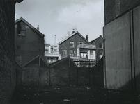 1972-371 Open ruimte van een gesloopt huis aan de Oudaenstraat. Op de achtergrond de achterkant van de panden aan de ...