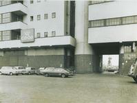 1973-1118 Het Co-op gebouw (Haka) aan de Vierhavensstraat. Rechts de toegangspoort naar de IJselhaven.