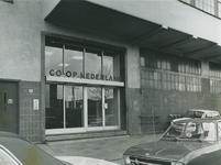 1973-1119 Toegangdeuren tot het kantoor van Co-op Nederland (Haka) aan de Vierhavensstraat.