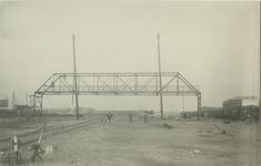 1974-1607 Vierhavensstraat, tijdens de bouw van de voetgangersbrug over het spoorwegemplacement R.M.O. Rechts de ...