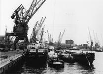 1974-1719 Merwehaven met hijskranen en schepen. Op de achtergrond rechts huizen aan de Schiedamseweg.