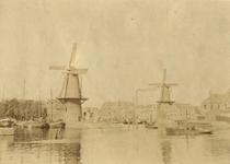 1975-1175 Gezicht op de Middenkous met molen Distilleerketel, en toegang tot de Achterhaven met molen. Uit zuidelijke ...