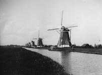 1975-188 Zeven van de acht watermolens aan de Boezem, uit het noorden. Links Kralingen, midden (net zichtbaar) de molen ...