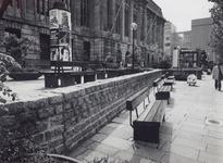 1976-1248,-1249 Vernieuwde trottoirs voor het postkantoor aan de Coolsingel.Van boven naar beneden afgebeeld:- 1248: Op ...