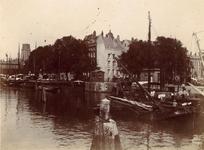 1976-1434 Gezicht op de Leuvehaven met rechts de Kleine Wijnbrug. Vanaf de Leuvebrug. Uit zuidelijke richting gezien.