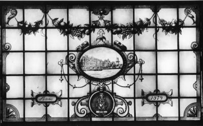1976-1994 Glas in loodramen met afbeelding van vestigingsplaatsen van de firma Hulstkamp aan de Maaskade 120 t/m 126.